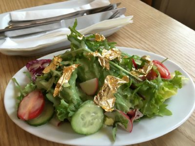 Salat mit Goldflocken