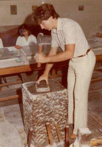 Peter Hofmann beim Schlagen des Blattgolds